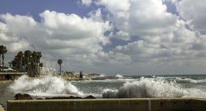Mare ondulato in porto immagine stock