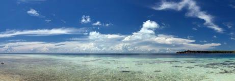 Mare polinesiano tropicale Crystal Water Borneo Indonesia dell'oceano del Palm Beach di paradiso del turchese Fotografia Stock