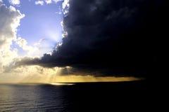 Mare scuro, cielo notturno blu e scuro, tramonto prima della tempesta e pioggia fotografie stock libere da diritti