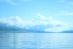 Mare sotto cielo blu con la nuvola Fotografie Stock Libere da Diritti