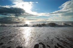 Mare sotto il cielo blu fotografie stock libere da diritti