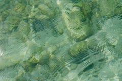 Mare sotto le rocce fotografia stock