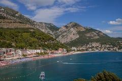 Mare, spiaggia e montagne fotografia stock