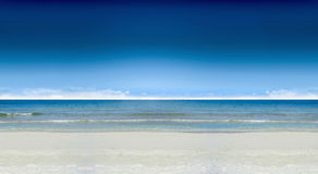 Mare & spiaggia & spuma & cielo blu Fotografia Stock