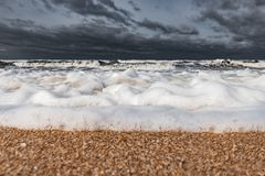 Mare spumoso tempestoso, grandi onde immagini stock