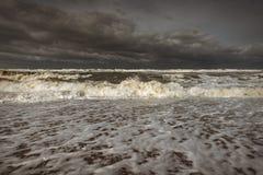 Mare spumoso tempestoso, grandi onde fotografia stock libera da diritti