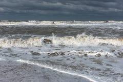 Mare spumoso tempestoso, grandi onde immagini stock libere da diritti