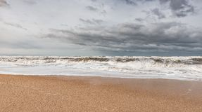 Mare spumoso tempestoso, grandi onde immagine stock