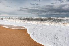 Mare spumoso tempestoso, grandi onde fotografia stock