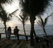 Mare teenager di amore della spiaggia della noce di cocco Fotografia Stock Libera da Diritti