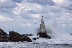 Mare tempestoso con le grandi onde che si schiantano nel faro Immagine Stock Libera da Diritti