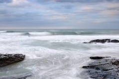 Mare tempestoso, filo di Trebarwith, Cornovaglia. Immagine Stock Libera da Diritti