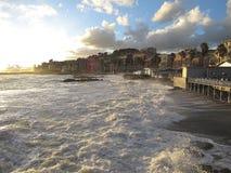 Mare tempestoso in Genoa Pegli: il potere del mare fotografia stock