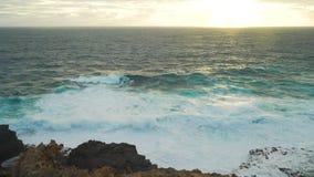 Mare tempestoso verde e tramonto giallo sbalorditivo in Australia archivi video