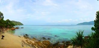 Mare tropicale della bella spiaggia di panorama immagine stock libera da diritti
