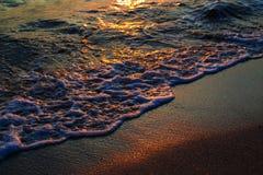 Mare Wave al tramonto immagine stock libera da diritti
