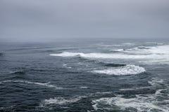 Marea áspera en el Océano Atlántico Imagenes de archivo