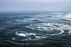 Marea áspera en el Océano Atlántico Fotos de archivo libres de regalías
