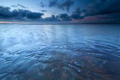 Marea baja en costa de Mar del Norte en oscuridad Fotografía de archivo libre de regalías