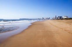 Marea baja en Durban frente al mar con los hoteles en fondo Imagen de archivo libre de regalías