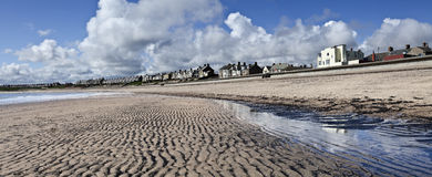 Marea baja en el Newbiggin-por--mar Fotos de archivo
