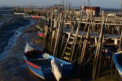 Marea baja en el puerto pesquero artesanal de Carrasqueira, estuario del río de Sado, Portugal del palaphite Imagen de archivo libre de regalías
