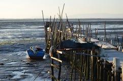 Marea baja en el puerto pesquero artesanal de Carrasqueira, estuario del río de Sado, Portugal del palaphite Fotografía de archivo