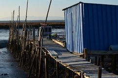 Marea baja en el puerto pesquero artesanal de Carrasqueira, estuario del río de Sado, Portugal del palaphite Foto de archivo