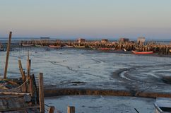 Marea baja en el puerto pesquero artesanal de Carrasqueira, estuario del río de Sado, Portugal del palaphite Imagenes de archivo