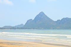 Marea baja en la bahía hermosa de Manao Ao Manao en Prachuap Khir Imagenes de archivo