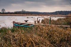 Marea bassa e barca motorizzata di legno Fotografie Stock Libere da Diritti