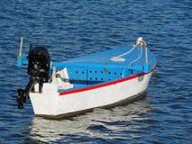 Marea bassa e barca motorizzata di legno Immagini Stock Libere da Diritti