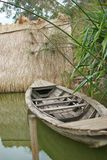 Marea bassa e barca motorizzata di legno Fotografia Stock