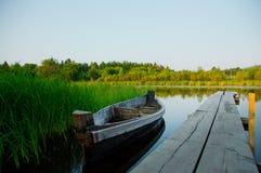 Marea bassa e barca motorizzata di legno fotografie stock