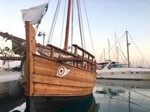 Marea bassa e barca motorizzata di legno Immagine Stock