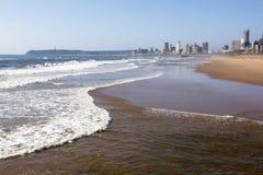 Marea de Incomming de Durban con los hoteles en fondo Imágenes de archivo libres de regalías