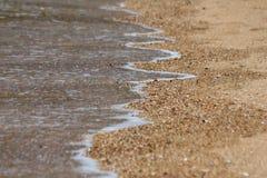 Marea de la playa en la arena Fotos de archivo libres de regalías
