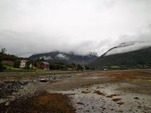Marea del fiordo di Langfjord Norvegia verso l'esterno la Camera fotografia stock libera da diritti
