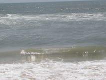 Marea del mar que viene a la orilla de mar que parece impresionante Imágenes de archivo libres de regalías
