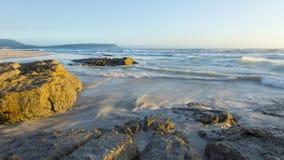Marea en el movimiento en la playa de Noordhoek Imagen de archivo