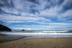Marea entrante en una playa de Cornualles imagen de archivo