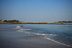 marea Es playa hermosa por la mañana fotos de archivo