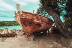 Marea inferior y barco motorizado de madera Foto de archivo
