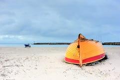 Marea inferior y barco motorizado de madera Fotos de archivo libres de regalías