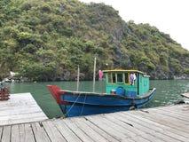 Marea inferior y barco motorizado de madera Fotografía de archivo