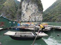 Marea inferior y barco motorizado de madera Fotos de archivo