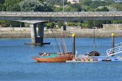 Marea inferior y barco motorizado de madera foto de archivo libre de regalías