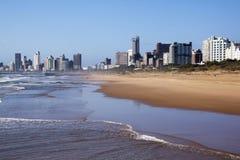 Marea saliente contra horizonte de la ciudad de Durban Imágenes de archivo libres de regalías