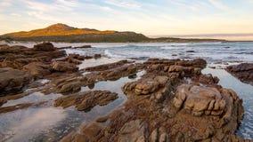 Marea y resaca de la madrugada en Scarborough en la península del cabo en Suráfrica Imagenes de archivo