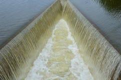 Mareas hermosas sobre aliviadero lateral del canal Foto de archivo